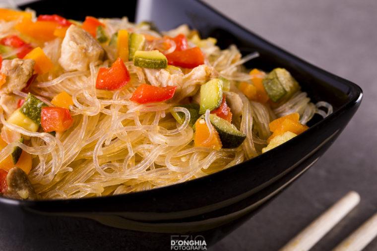 Spaghetti di soia, verdure e pollo